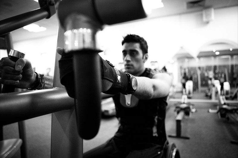 Mandip Sehmi using our grip gloves in the gym