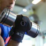 Rob utilise une aide à la préhension d'usage général pour tenir un poids libre. Équipement de gym adapté. pour une fonction réduite de la main: Tétraplégie, Quadriplégie, Paralysie cérébrale, Lésions médullaires, Accident vasculaire cérébral et plus.